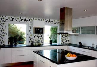 как выбрать обои для кухни: белая кухня