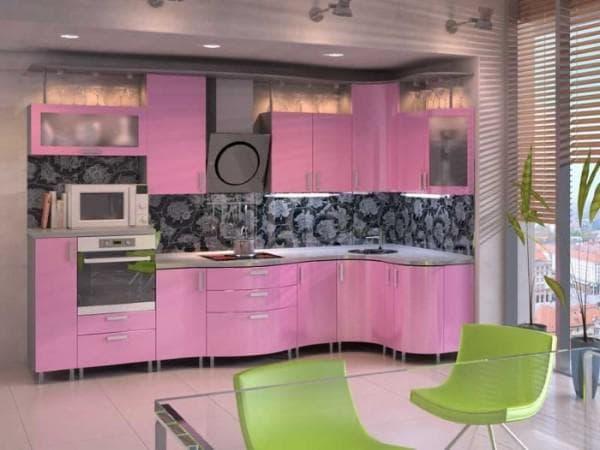 сочетание цветов в интерьере кухни: серо-розовая палитра