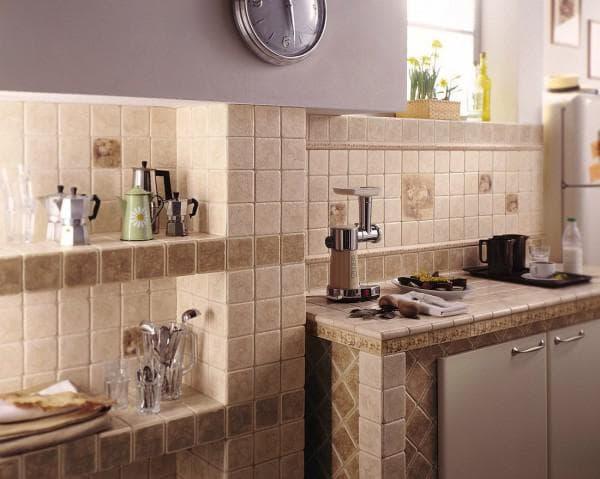 кухонный стол с керамической плиткой.