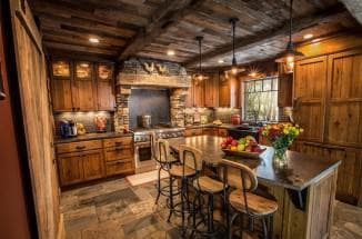 Дизайн кухни в деревянном доме