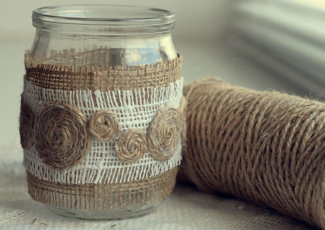 Декорирование бутылок и ваз для украшения кухни    Бутылки украшенные джутом