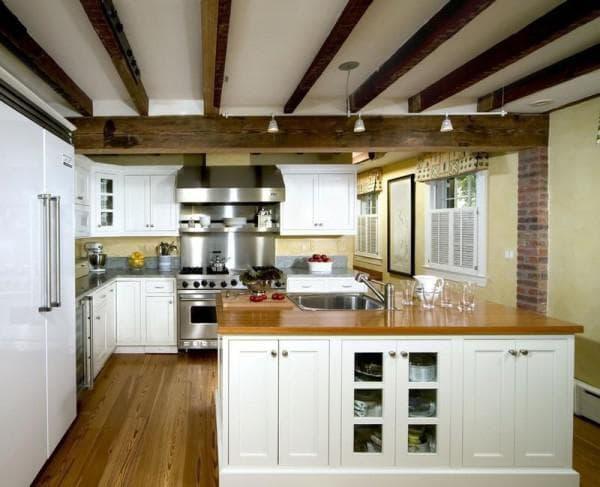 Балки на потолке на кухне