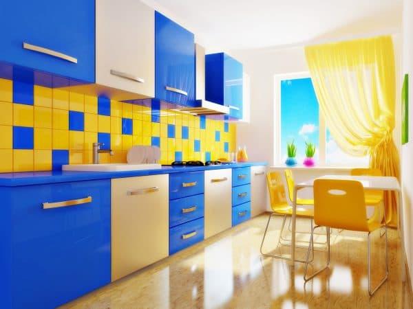 оформления интерьера кухни в голубом цвете контрастные сочетания