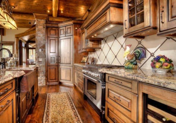 резная мебель на кухне Шале