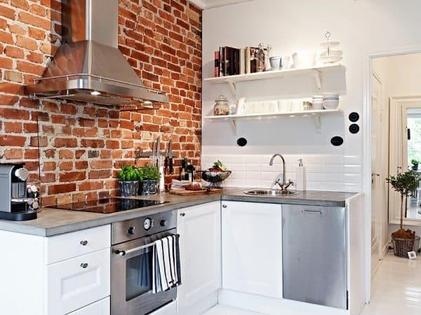 кладка кирпича на одной стене на кухне