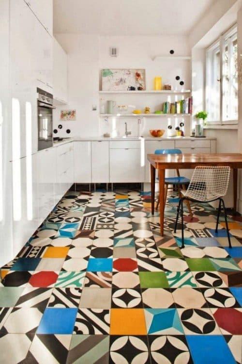 разноцветный пол в кухне