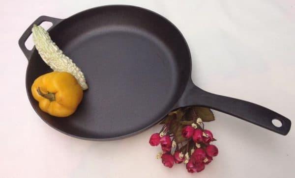 чугунная сковорода с антипригарным покрытием