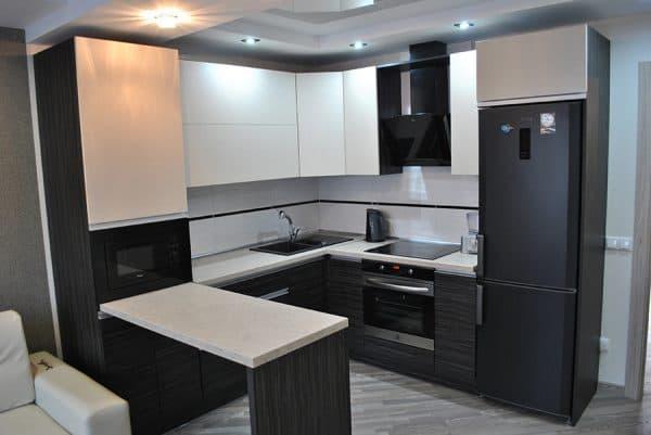 кухонный гарнитур П-образной формы с барной стойкой