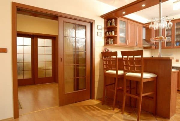 раздвижные двери на кухню из ценной древесины