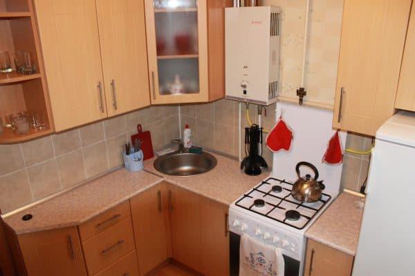 кухня в хрущевке с газовой колонкой, плитой, холодильником