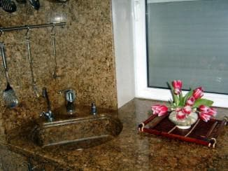 каменная мойка на кухне