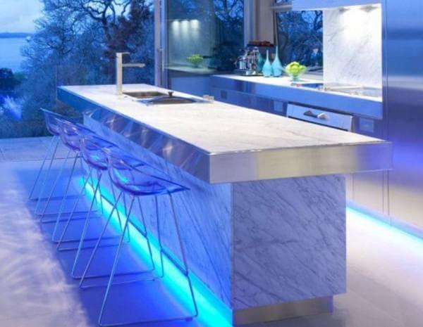 Светодиодная лента придает кухне современный вид