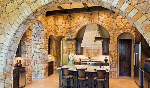 отделка камнем стен кухни