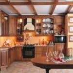 Необычная отделка потолка: балки  на кухне
