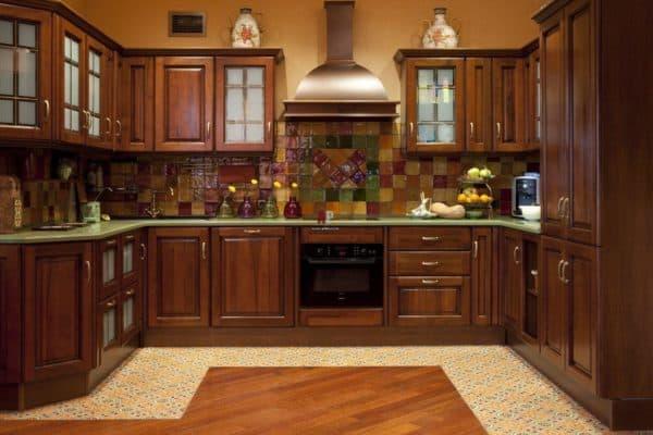 Фартук на кухне   берет на себя главный удар во время работы плиты и готовки.