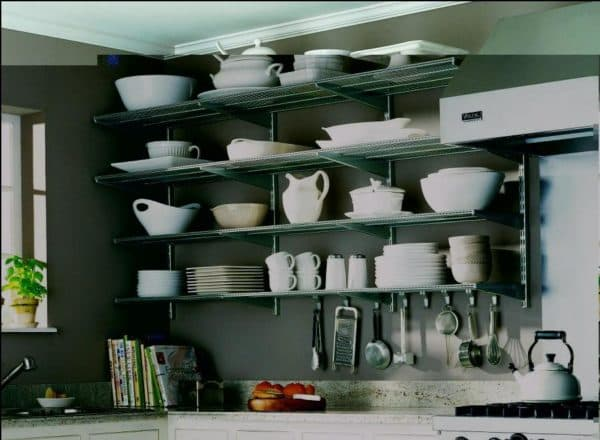 Полки навесные в интерьере кухне