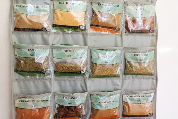 хранение специй в пакетиках на кухне