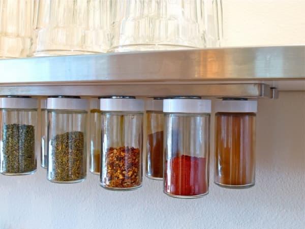 хранение специй в банке на кухне