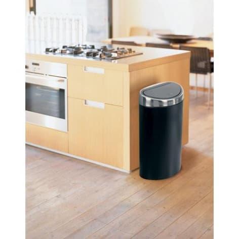 отдельно стоящий бак для мусора в квартире