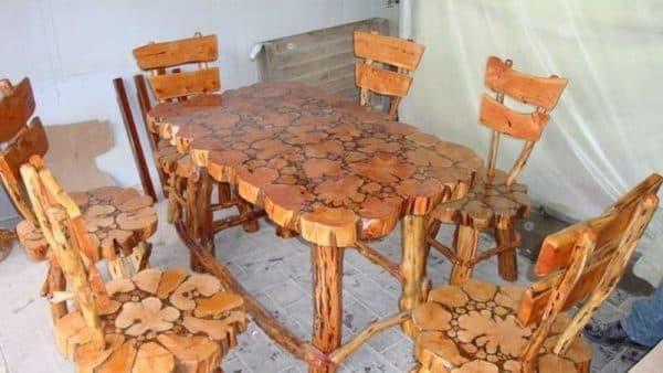самодельный деревянный стол их ели