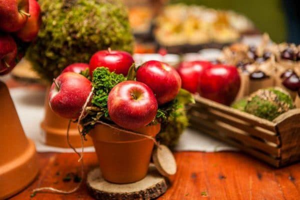 Сервировка стола в домашних условиях: осенними фруктами и цветами