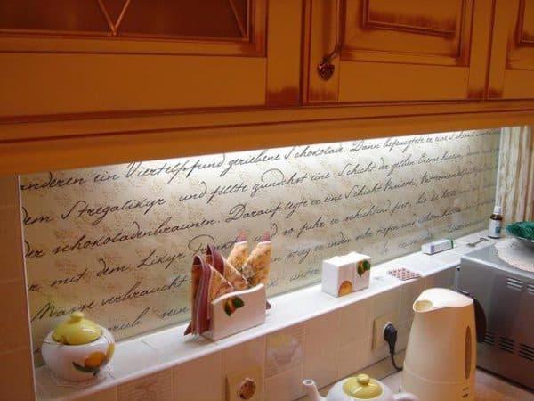 На кухне прованс отлично будет смотреться фартук в пастельных тонах