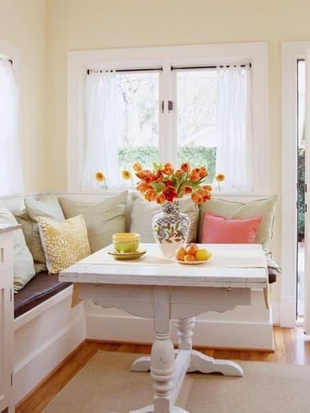 маленький диван на кухню у окна