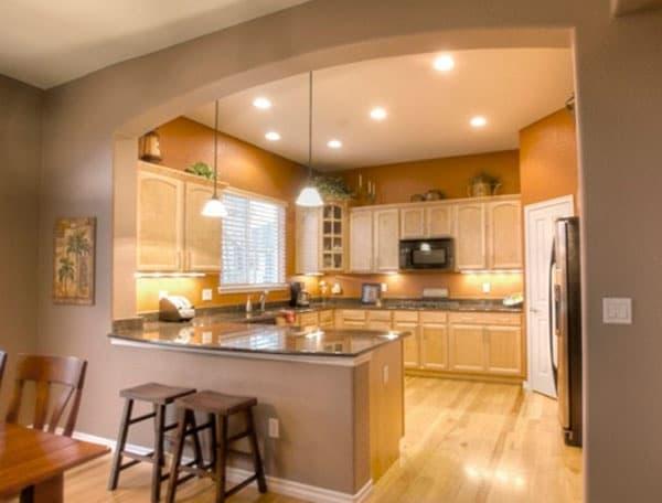 кухня гостиная в доме разделённая барной стойкой