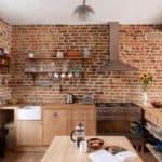 Не знаете чем отделать стены на кухне? Оставьте открытую кирпичную кладку