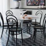 Венские стулья со спинкой в интерьере кухни