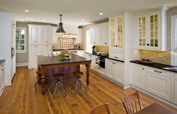 пол в кухне из натурального дерева