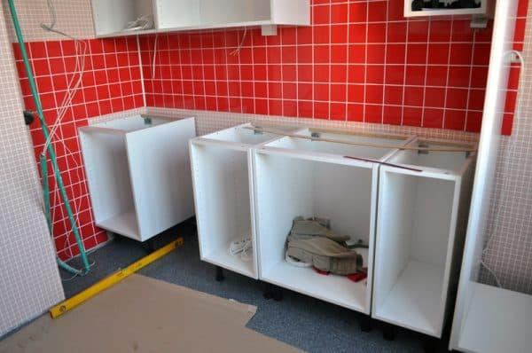 напольные кухонные шкафы прикрепленные к стене