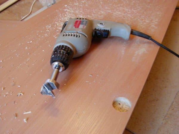 Установка мебельных петель на кухню