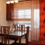 Декор с помощью штор для кухни с балконной дверью