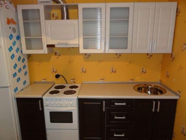 линейный кухонный гарнитур для маленькой кухни