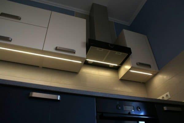 подсветка кухонного гарнитура под вытяжкой