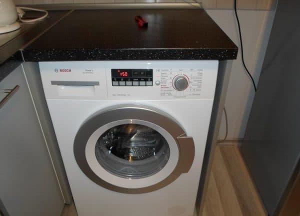встраиваемая стиральная машина на кухне Bosch