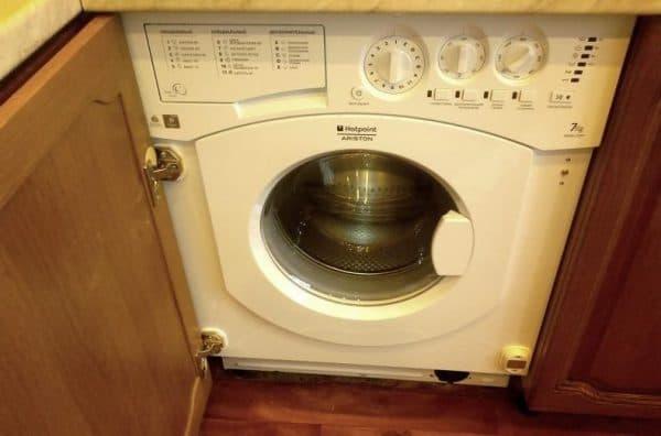 встраиваемая стиральная машина на кухне Ariston