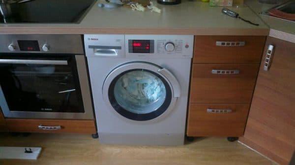 встраиваемая стиральная машина на кухне Beko