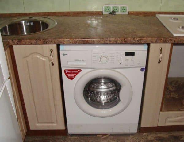встраиваемая стиральная машина на кухне Electrolux