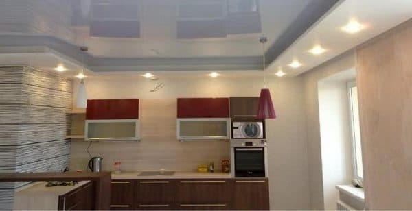 двухуровневые натяжные потолки с освещением на кухне