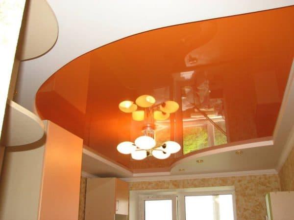 глянцевые двухуровневые натяжные потолки на кухне
