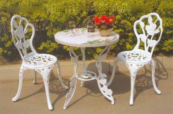белые деревянные стулья для кухни с ажурной резкой