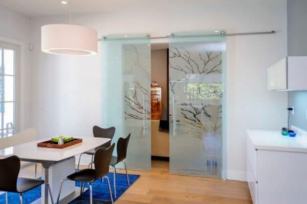 раздвижные двери на кухню из стекла