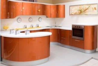 кухня с радиусными фасадами красного цвета