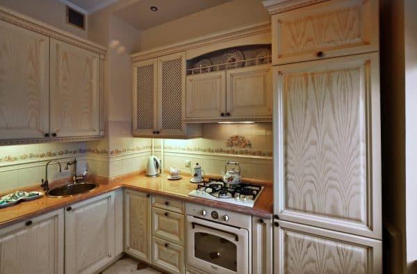 дизайн кухни с газовой колонкой в стиле кантри