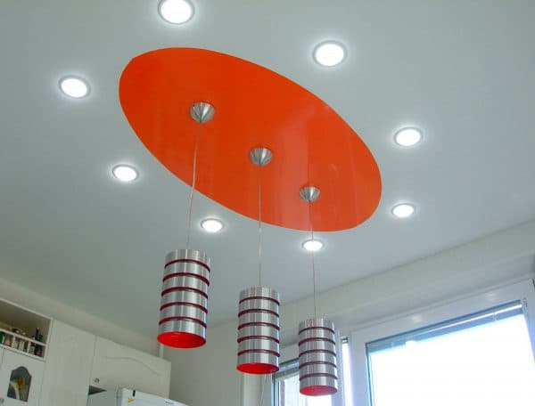 подвесная люстра на кухню установленная по центру