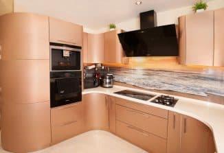 кухня сделанная в разные стороны разными фасадами