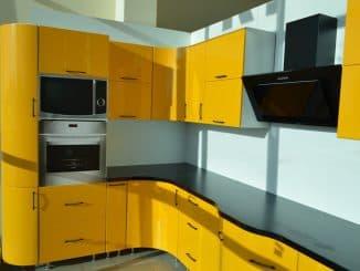 кухни с крашенными фасадами из дерева