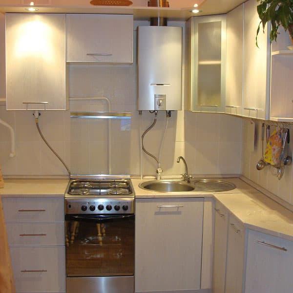 кухня в хрущевке с газовой колонкой, плитой, мойка